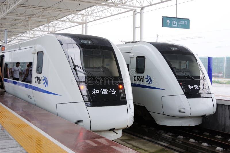 Zwei chinesische CRH Schnellzüge stockfotografie