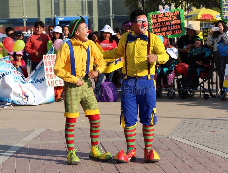 Zwei Clowne, die Witze und das Scherzen erzählen lizenzfreie stockfotos