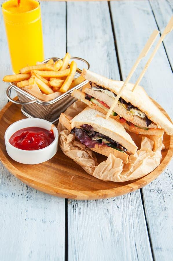 Zwei Club Sandwiche und Fischrogen auf einer hölzernen Platte lizenzfreie stockfotografie