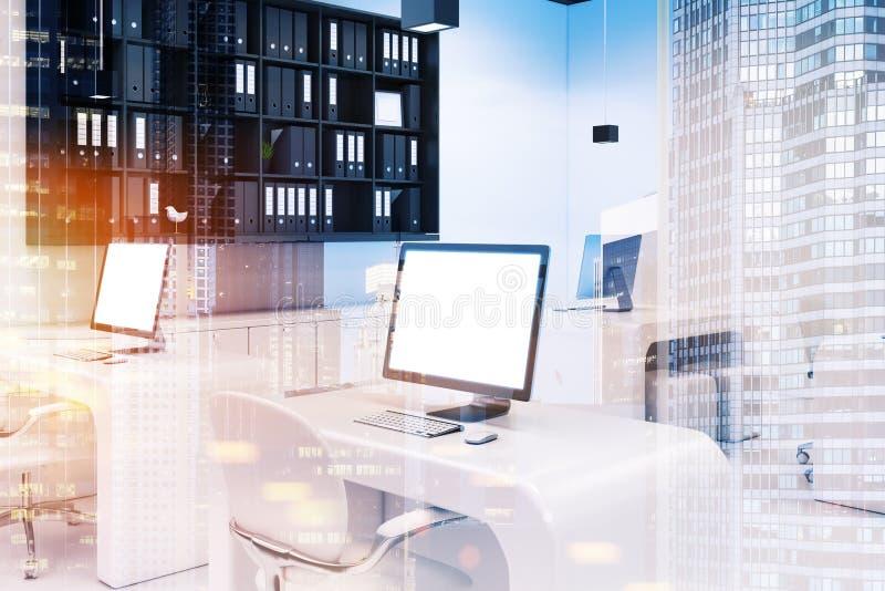 Zwei Computer mit der Büroseite der leeren Bildschirme getont lizenzfreie abbildung