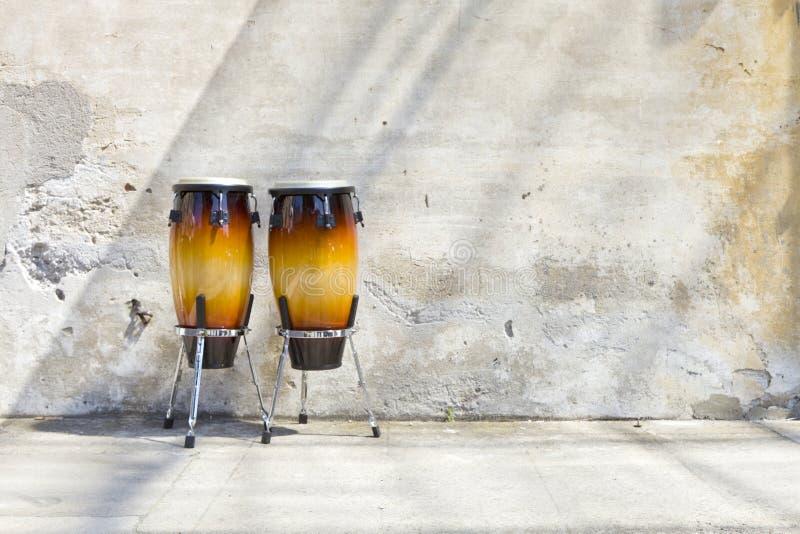 Zwei Congas vor einer Weinlesewand lizenzfreie stockbilder