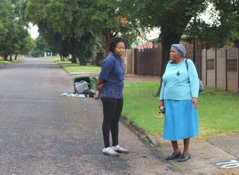 Zwei Damen, die in einer Straße von Alberton, Südafrika plaudern stockbild