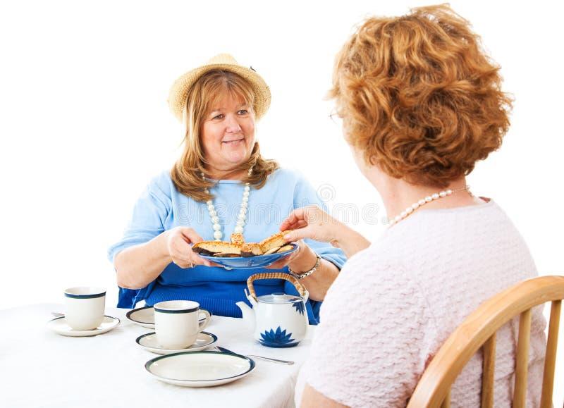 Zwei Damen für Tee stockfotos