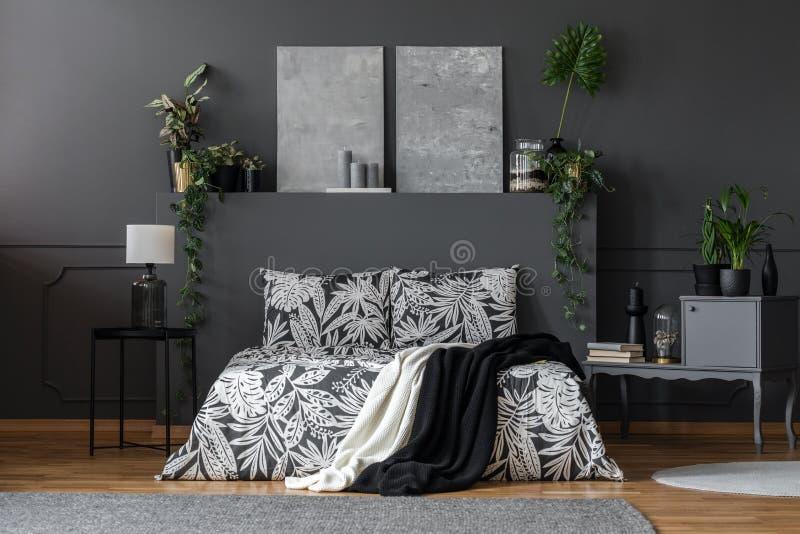 Zwei Decken geworfen auf Bett stockfoto