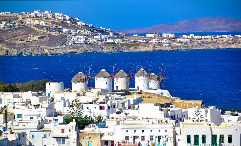 Zwei der berühmten Windmühlen in Mykonos, in Griechenland während eines sonnigen Tages des klaren und hellen Sommers stockfotos