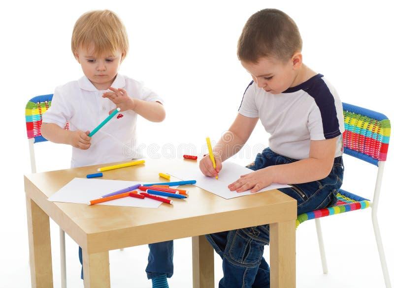 Zwei der Jungen Farbenmarkierungen enthusiastisch lizenzfreie stockbilder