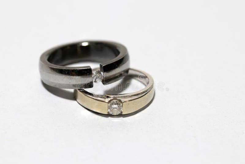 Zwei Diamantringe gestapelt auf weißem Hintergrund stockfoto
