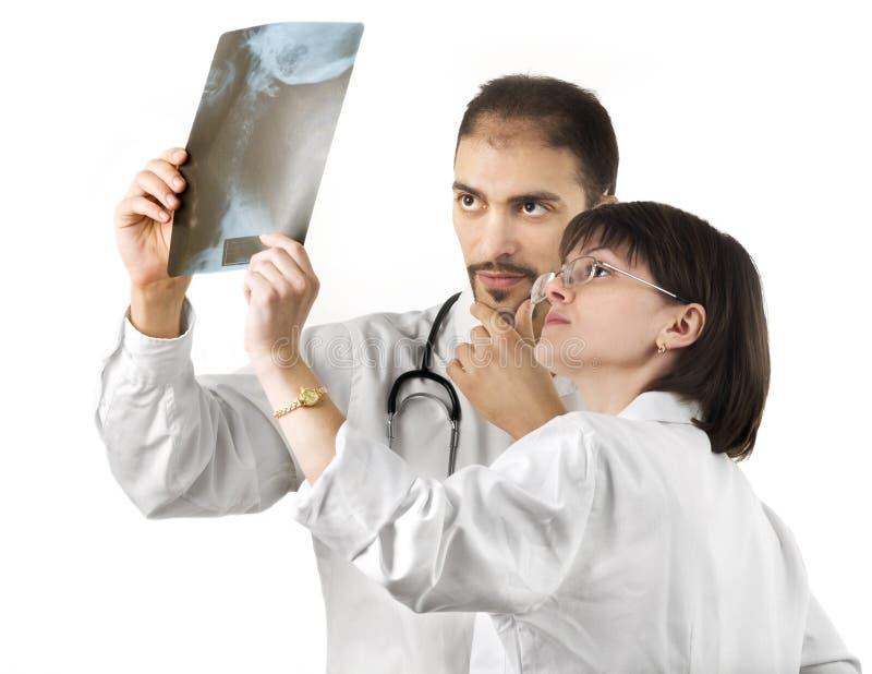 Zwei Doktoren, die einen Röntgenstrahl überwachen lizenzfreies stockfoto