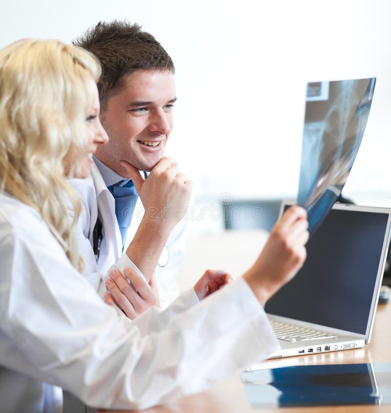 Zwei Doktoren mit einem Radiogram lizenzfreie stockfotografie