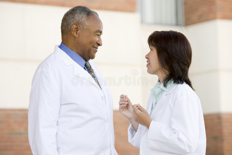 Zwei Doktoren Standing Outside A Hospital stockfotos
