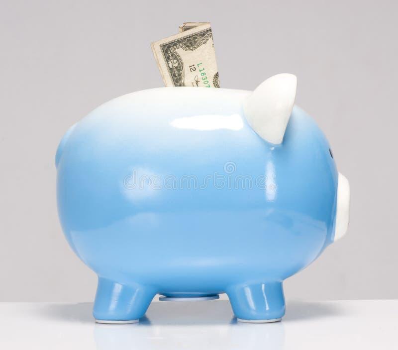Zwei Dollarschein fest in der Piggy Querneigung lizenzfreies stockfoto