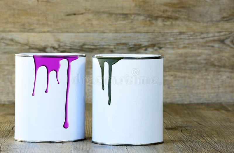 Zwei Dosen Farbe stockbild