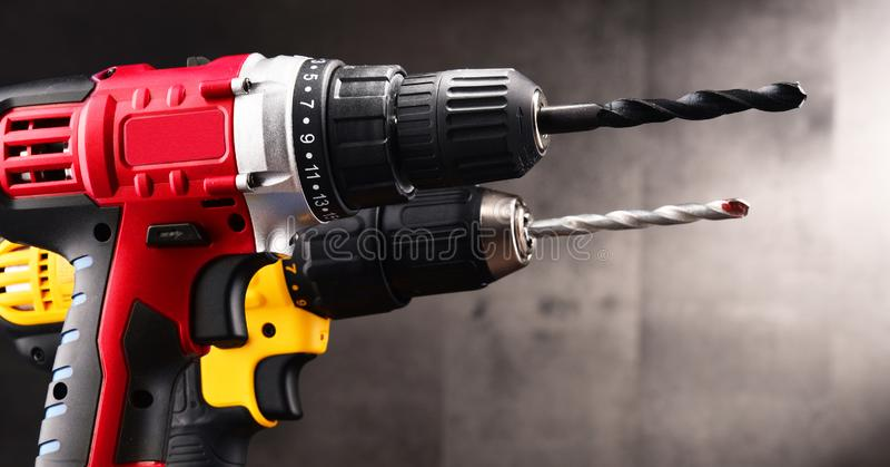 Zwei drahtlose Bohrgeräte mit den Bohrern, die auch als Gewehre arbeiten lizenzfreies stockbild