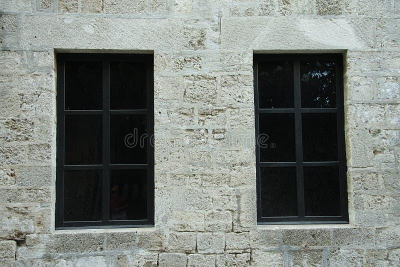 Zwei dunkle Fenster stockfoto