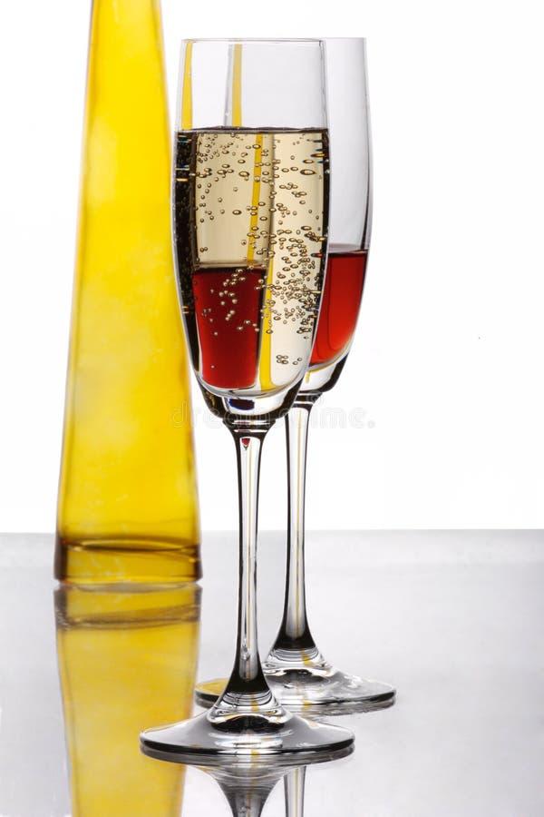 Zwei Ebenegläser mit gelber Flasche stockfoto