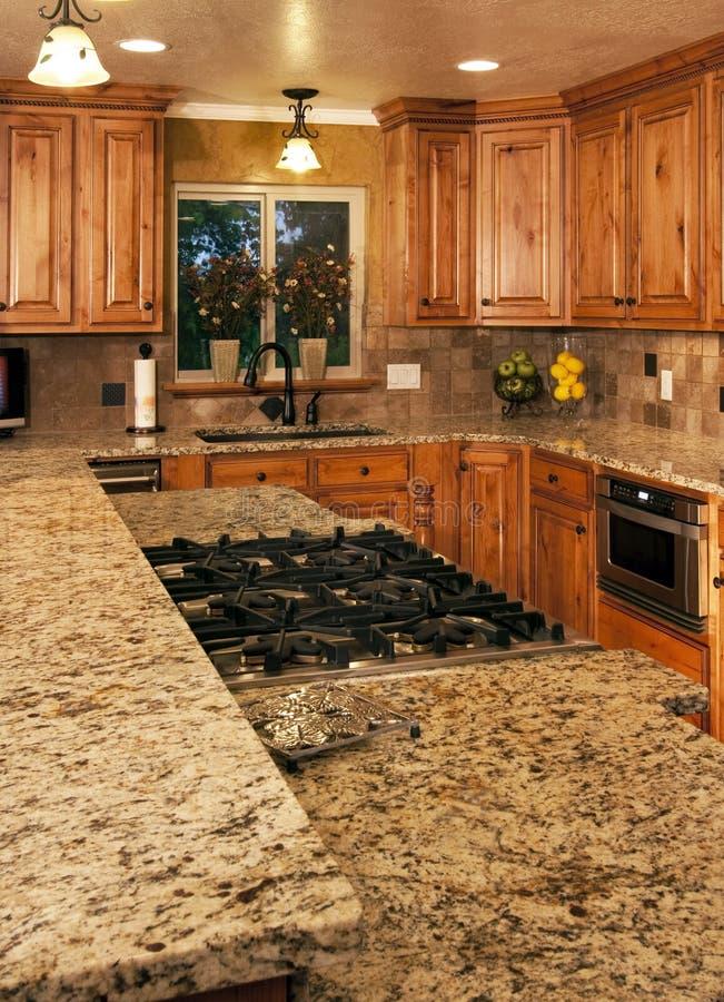 Zwei-Ebenenmittelinsel der neuen Küche stockfoto