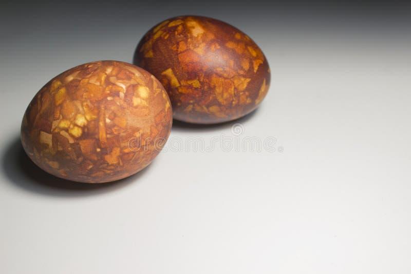 Zwei Eier auf einem weißen Hintergrundmarmor, gefärbt, Ostern stockbilder