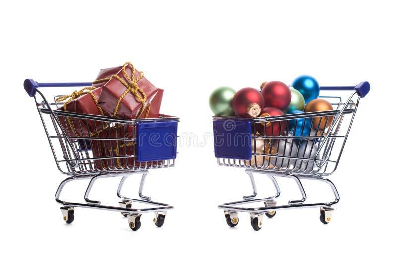 Zwei Einkaufenwagen gefüllt mit Weihnachtsverzierungen stockbilder