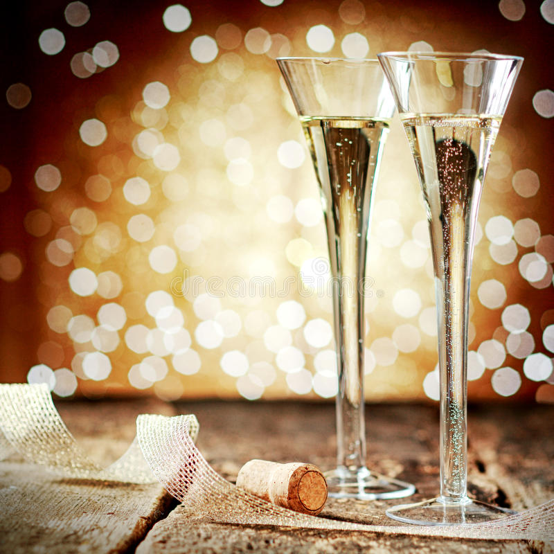 Zwei elegante Flöten funkelnder Champagner stockfotografie