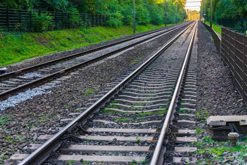 Zwei endlos lange Zugeisenbahnen mit den Bahnen, die im überraschenden Transport oder Reisen des Abstandshorizontes backgroun ver stockbilder