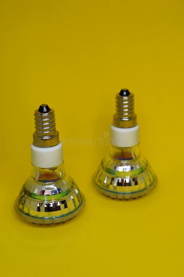 Zwei energiesparende geführte Glühlampen lizenzfreies stockbild