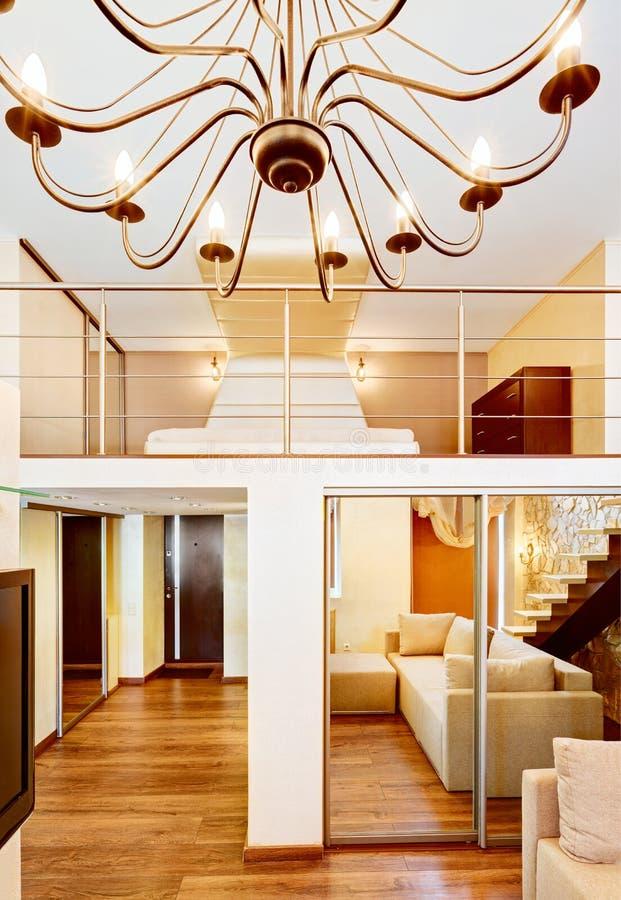 Zwei-er-hoh Wohnzimmer- und Schlafzimmerinnenraum der modernen Art lizenzfreie stockfotos
