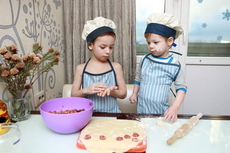 Zwei ernste Kinderformmehlklöße lizenzfreies stockbild