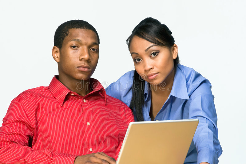 Zwei ernster Teenager mit Laptop-Horizontalem stockfoto