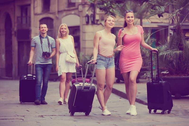 Zwei erwachsene reisende Mädchen, die in Stadt gehen stockbild