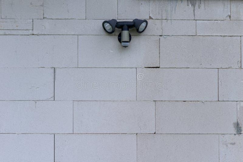 Zwei externe Sicherheitsleuchten mit Bewegungs-Sensor stockfoto