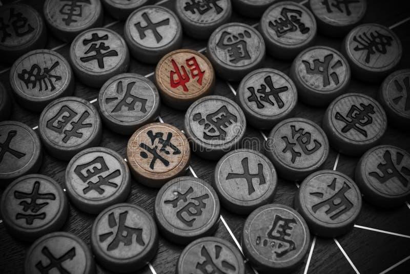 Zwei Führer des chinesischen Schachs hoben andere in Schwarzweiss hervor lizenzfreies stockbild
