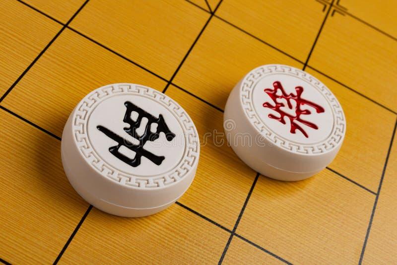Zwei Führer von chinesischen chesses auf Schachbrett das rote man ist Admiral, der, das andere allgemein ist lizenzfreies stockfoto