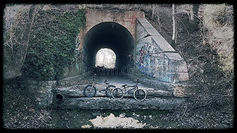 Zwei Fahrräder mit einem Tunnel im Hintergrund stockbild