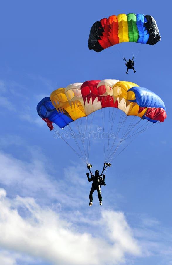 Zwei Fallschirme lizenzfreie stockbilder