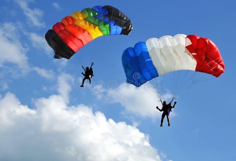 Zwei Fallschirme lizenzfreie stockfotografie