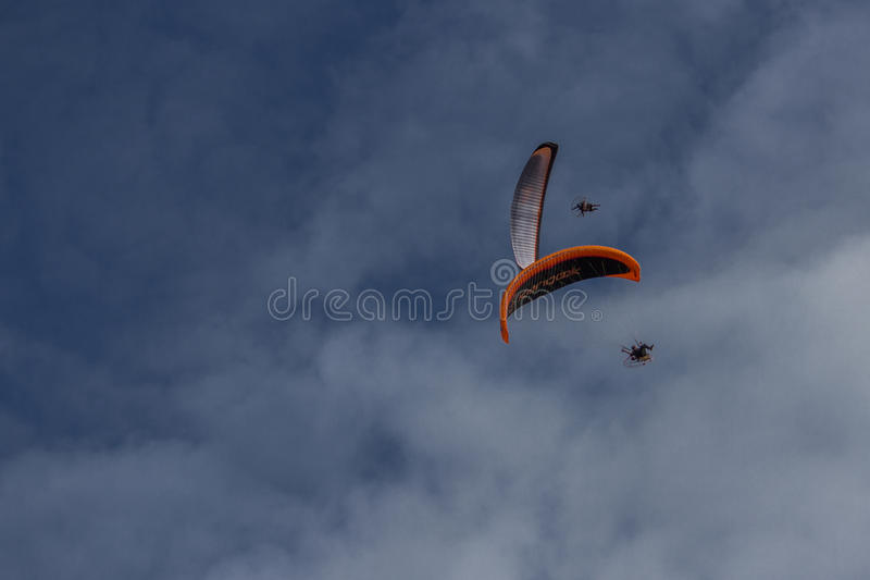 Zwei Fallschirme lizenzfreie stockfotos