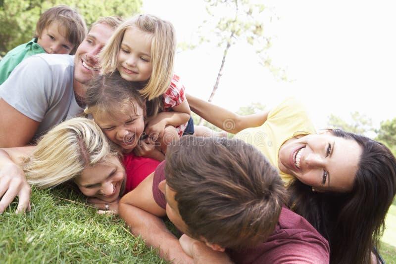 Zwei Familien, die zusammen im Park spielen stockfotografie