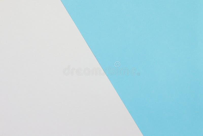 Zwei Farbpapier mit blauer und weißer Deckung auf dem Boden und der Schalenhälfte des Bildes lizenzfreies stockfoto
