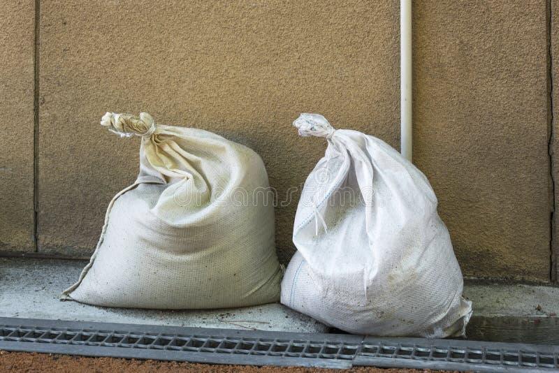 Zwei fast identische Taschen gelassen hinten auf der Straße, mit unbekanntem Inhalt stockbilder