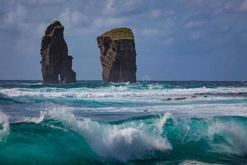 Zwei Felsen im Ozeanwasser in den rauen Meereswellen lizenzfreies stockfoto