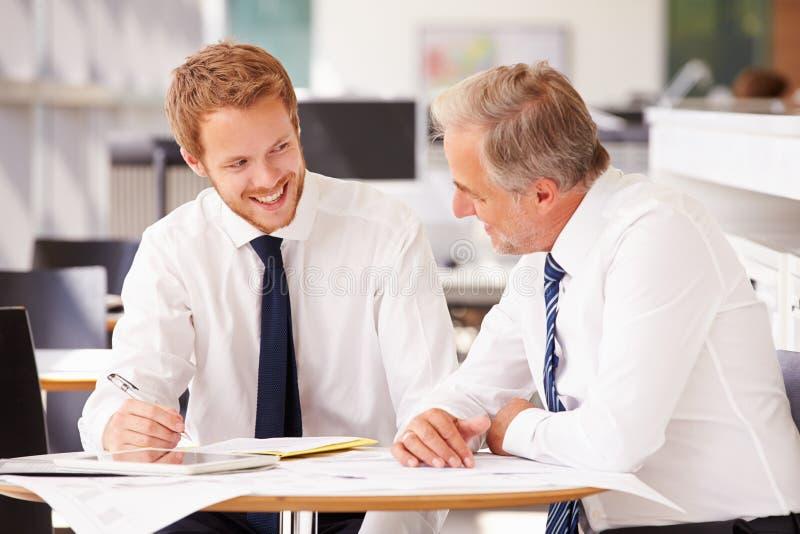 Zwei Firmenkundengeschäftkollegen, die im Büro zusammenarbeiten stockbild