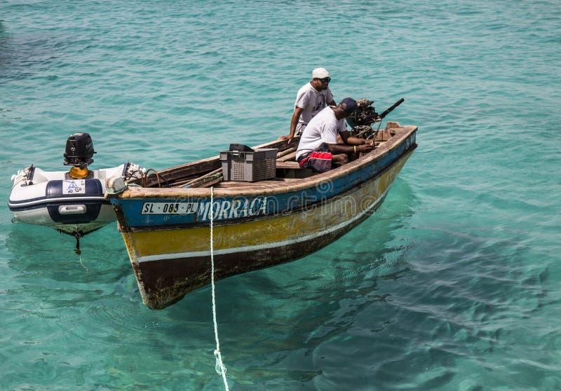 Zwei Fischer entspannen sich und plaudern auf ihrem Boot bei Santa Maria stockfotos