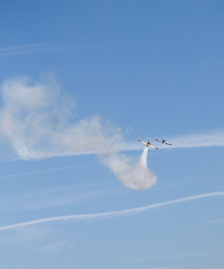 Zwei Flächen-Rennen im Himmel lizenzfreie stockfotografie