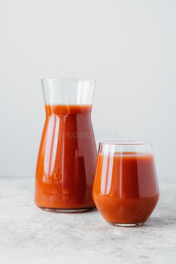 Zwei Flaschen Tomatensaft Vitamine ?ber wei?em Hintergrund enthalten Vertikaler Schuss Frisch zusammengedr?ckter Smoothie Gesund lizenzfreies stockfoto