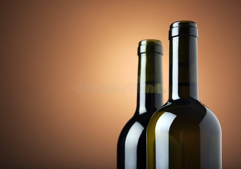 Zwei Flaschen Wein mit Exemplarplatz stockbild