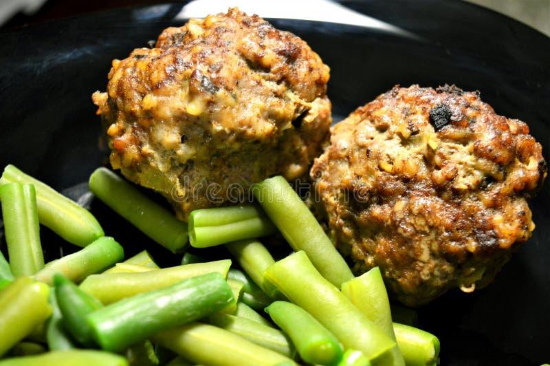 Zwei Fleischklöschen und grüne Bohnen lizenzfreie stockfotografie