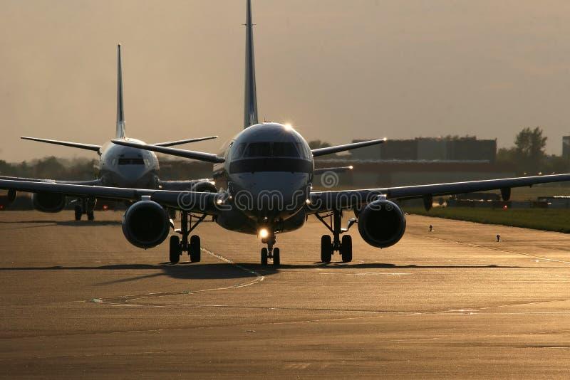 Zwei Flugzeuge auf Laufbahn lizenzfreie stockbilder