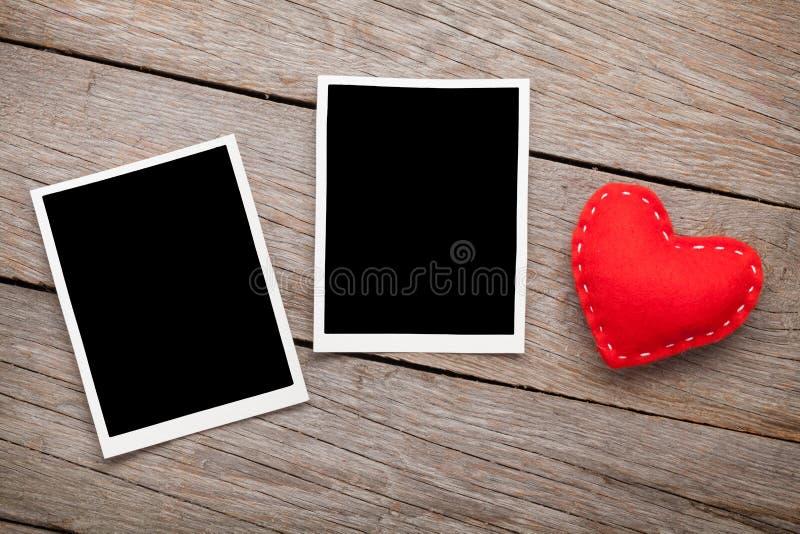 Zwei Fotorahmen und Valentinsgrußtagesspielzeugherz stockbild