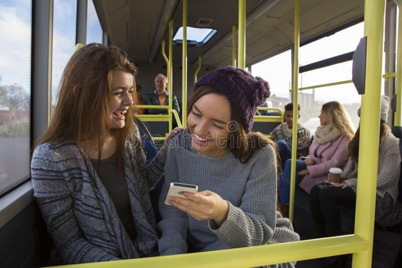 Zwei Frauen auf dem Bus stockbild