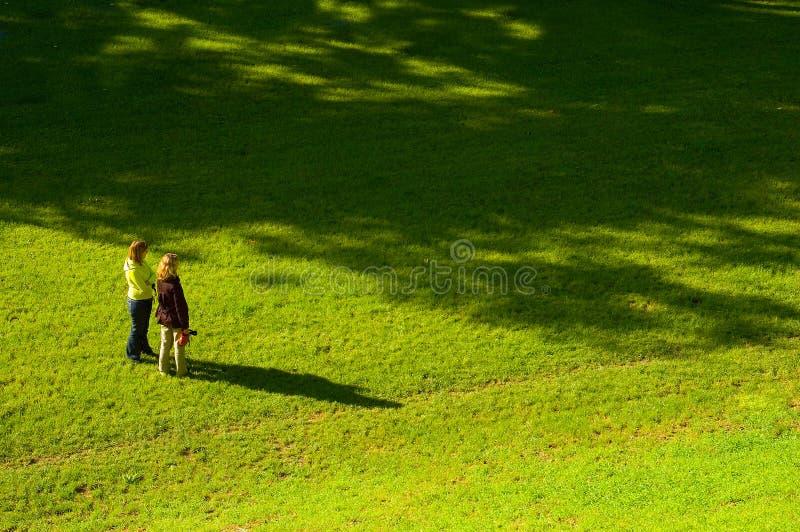 Zwei Frauen auf dem Gras stockfotos